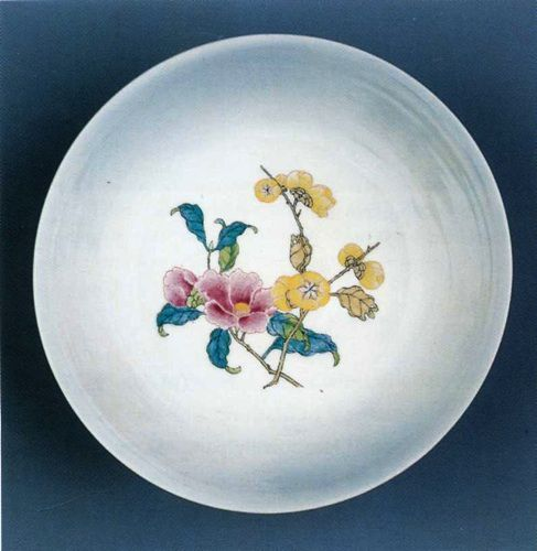 минималистичная роспись на фарфоровой тарелке