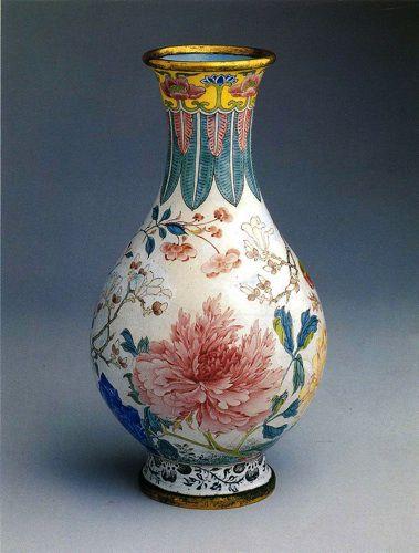 Цветочная роспись на китайской вазе из фарфора