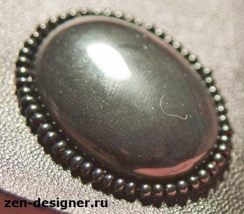 Камень черного агата, обшитый бисером