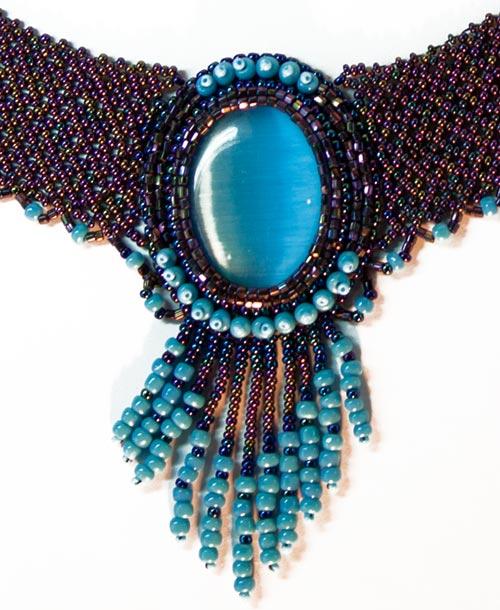 Оригинальное колье с кабошоном из природного самоцвета Кошачий глаз синего цвета, плетеное из бисера двух цветов и...