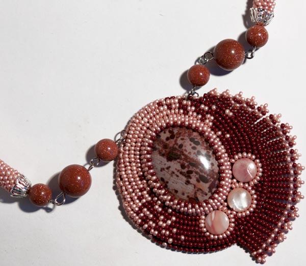 Колье из бисера с использованием кабошона из натурального камня пятнистой яшмы и авантюриновых бусин.