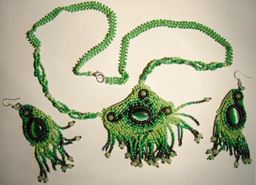 Большой популярностью у женского пола пользуются изысканные кулоны, изготовленные из бисера.